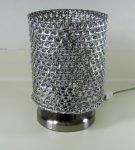 Настольная лампа с абажуром из крышек от алюминиевых банок