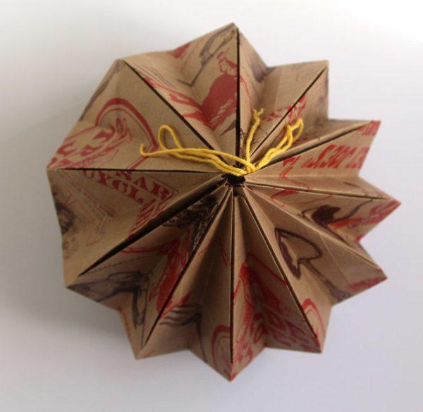 Связанный нитью абажур из бумажных пакетов