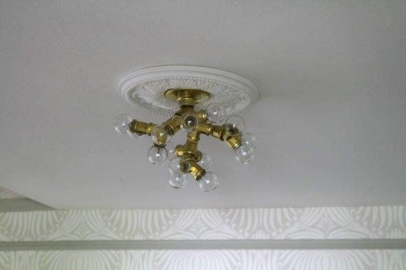 Потолочный светильник из разветвителей для труб и лампочек
