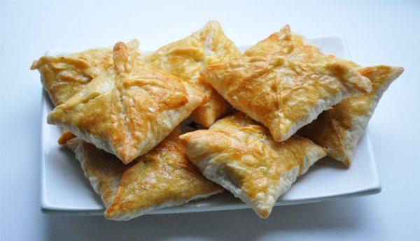 Пирожки с картофелем и луком-пореем из слоёного теста