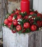 Украшение из яблок, свечи и ёлочных веток