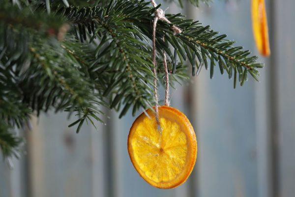Ёлочная игрушка из кружочка апельсина