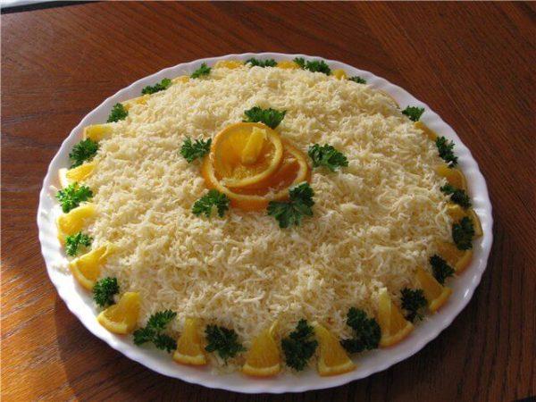 Салат с лапшой быстрого приготовления на тарелке