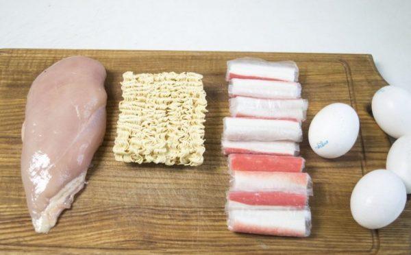 Продукты для салата из лапши быстрого приготовления с крабовыми палочками и курицей