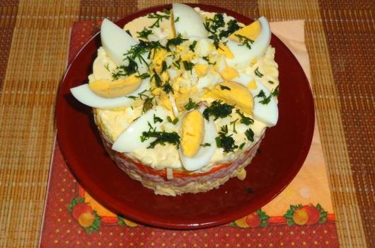 Слоёный салат с лапшой быстрого приготовления на тарелке