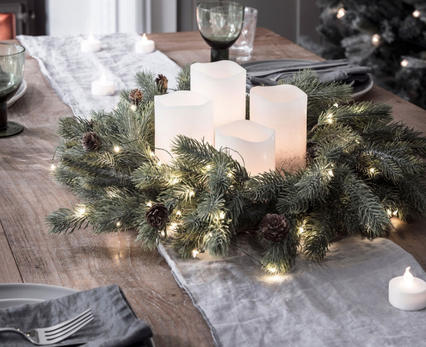 Новогодняя композиция из ёлочных веток и свечей