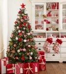 Красно-белый новогодний интерьер