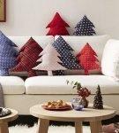 Подушки в виде ёлок на диване