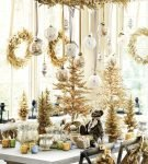Новогодний стол с украшениями