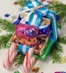 Оформление сладкого подарка «Новогодние сани»