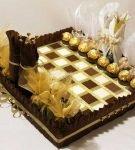 Оформление сладкого подарка «Шахматы»