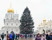 елка перед монастырем