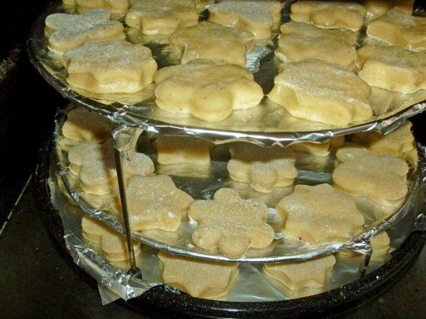 Печенье на противнях