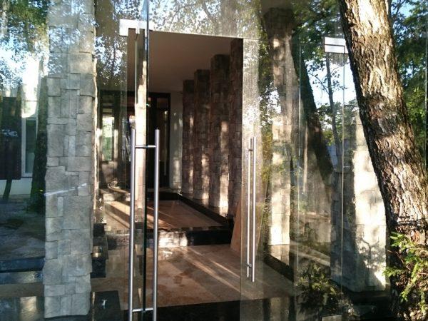 Распашные двери и стеклянная стена