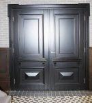 Двустворчатая парадная дверь