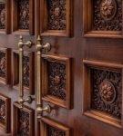 Резная дверь из красного дерева