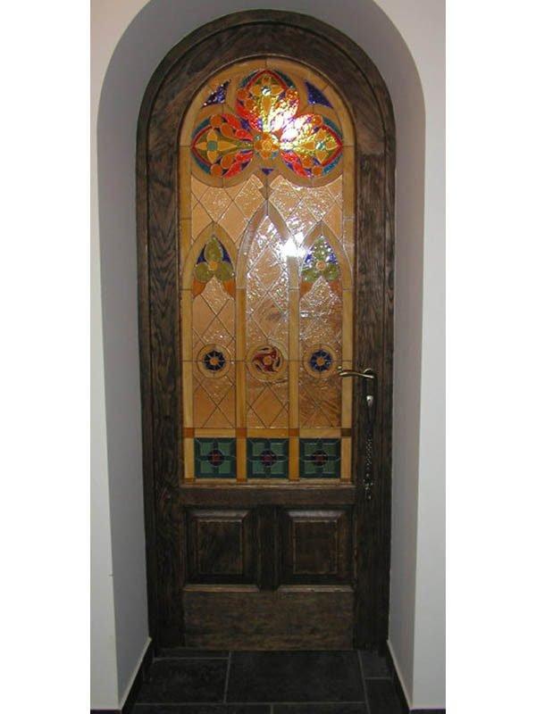 Арочная дверь из массива с витражом