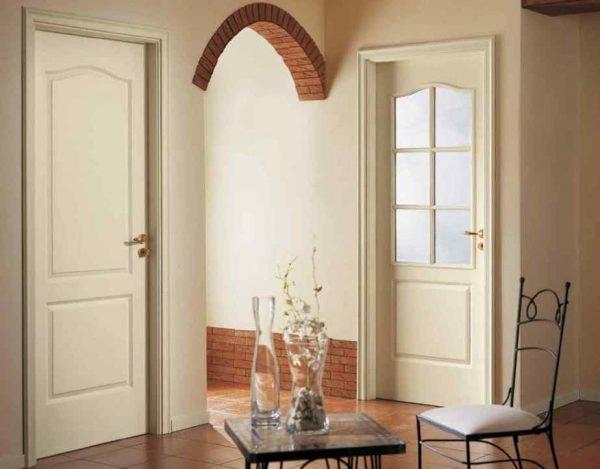Светлые двери в помещении