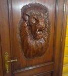 Входная дверь с головой льва