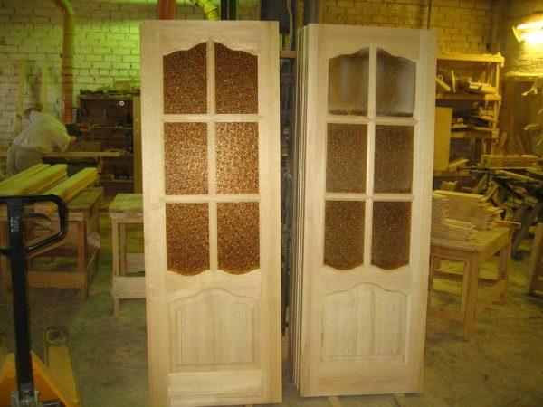Двери из массива берёзы со стеклянными вставками