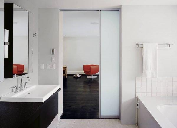 Остеклённая раздвижная пластиковая дверь