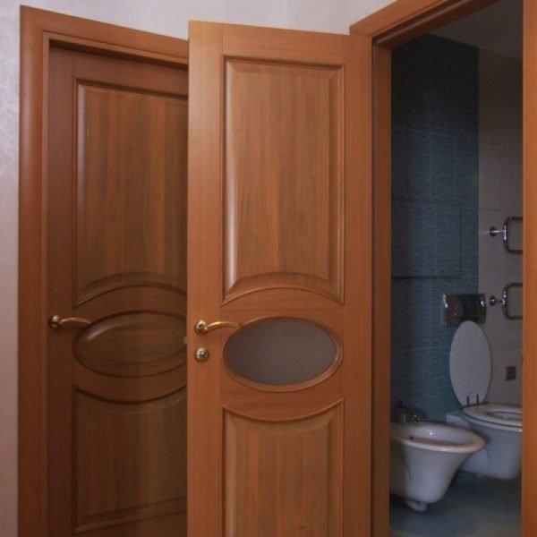 Частично остеклённая дверь в санузел