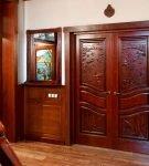 Двойные резные двери с филёнками