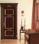 Двери с золотистым декором в интерьере