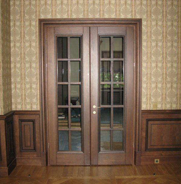 Двустворчатые двери из массива со стеклом