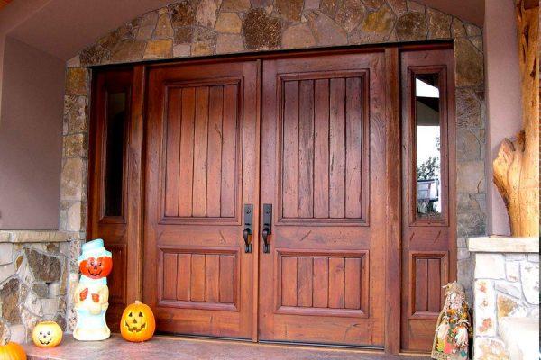 Входные двустворчатые двери из массива