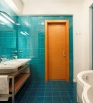 Оранжевая дверь в ванной