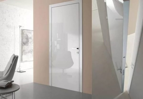 Белая глянцевая дверь на фоне матовой стены