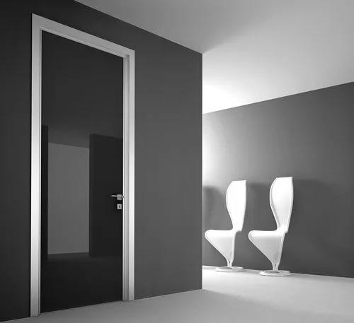 Чёрная глянцевая дверь