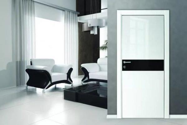 Белая глянцевая дверь с чёрной вставкой