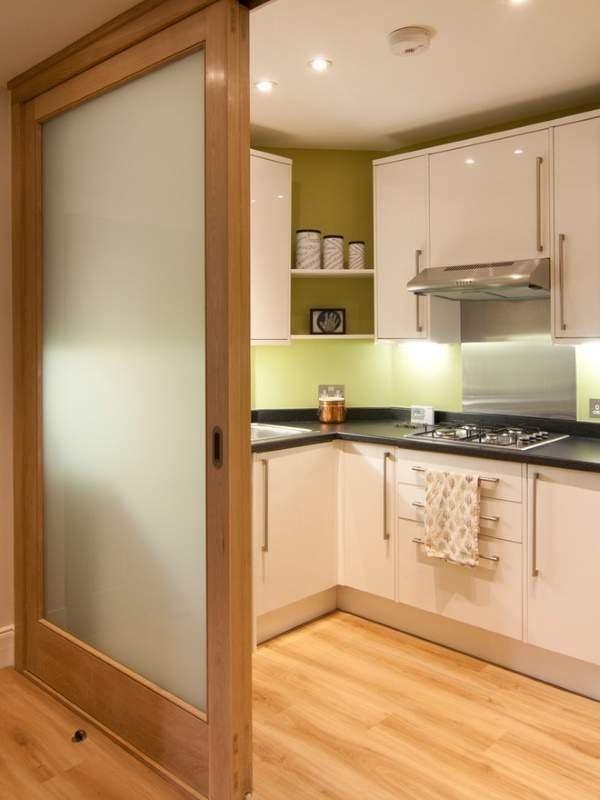 Раздвижные двери со стеклом на кухню