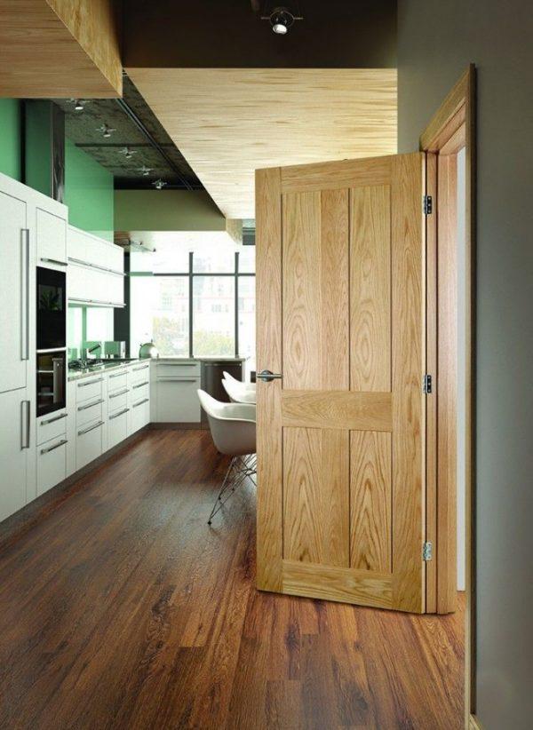 Пример филёнчатой двери на кухне