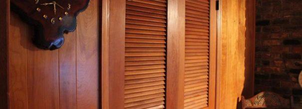 Двухстворчатые деревянные двери жалюзи с тонкими планками