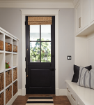 Чёрная остеклённая входная дверь