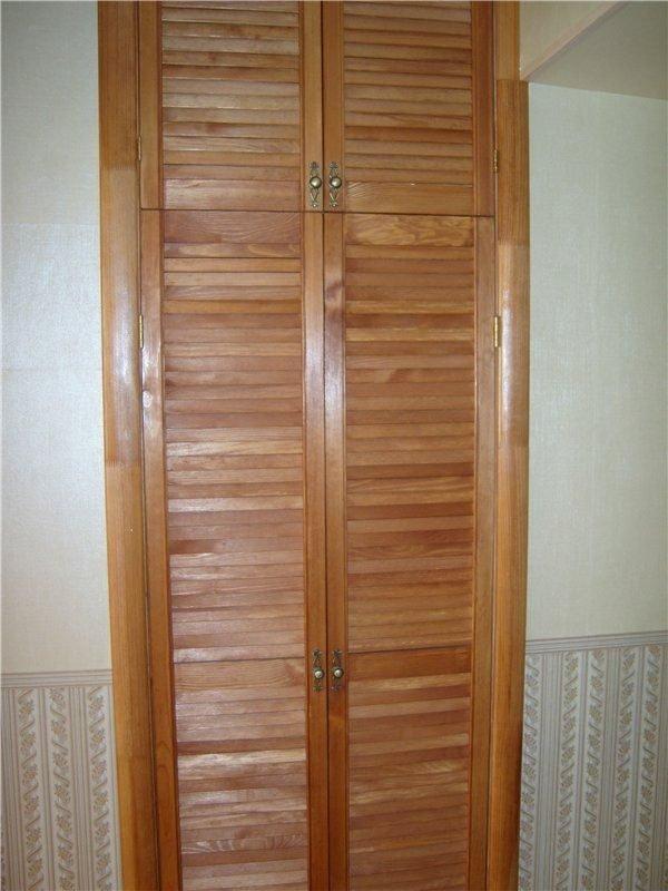 Жалюзийная дверь с деревянными наличниками