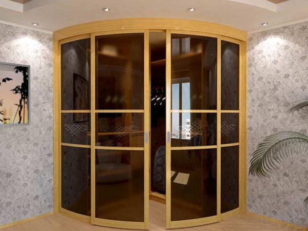 Радиусные двери угловой гардеробной в комнате