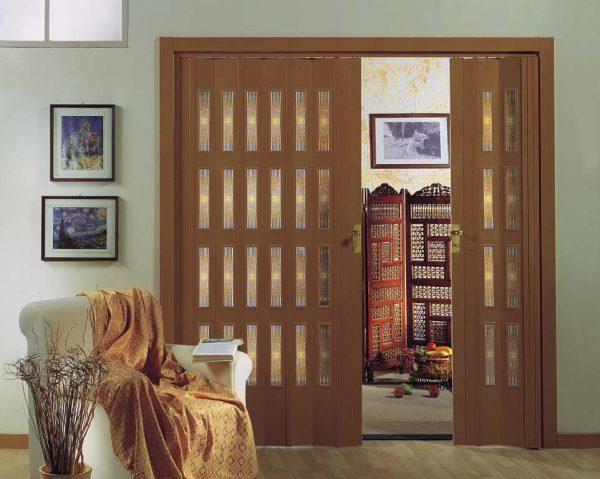 Вариант двери-гармошки в спальне
