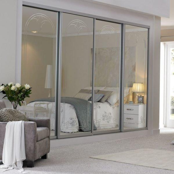 Зеркальная дверь-купе гардеробной в спальне