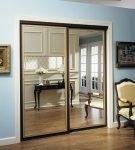 Зеркальная дверь в гардеробную