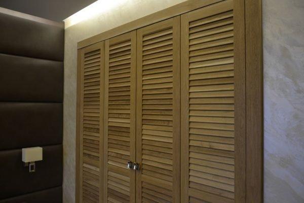 Вентилируемые жалюзийные двери гардеробной