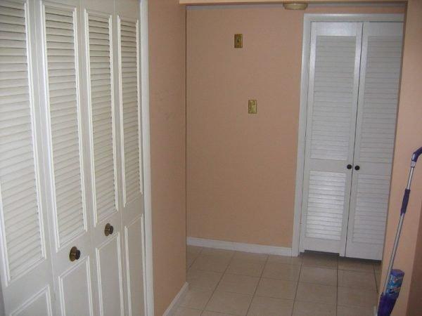 Простые жалюзийные двери гардеробной