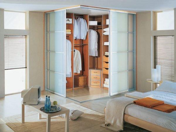 Пример угловой гардеробной в спальне