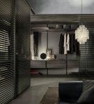 Стильный интерьер в тёмных тонах для гардеробной