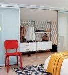 Стильные двери гардеробной в спальне