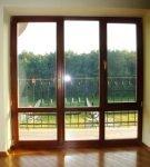 Деревянная панорамная балконная дверь