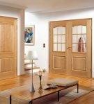 Светлые деревянные двери в интерьере